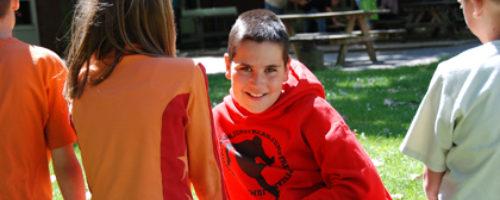 Kind In Gras Itemfoto
